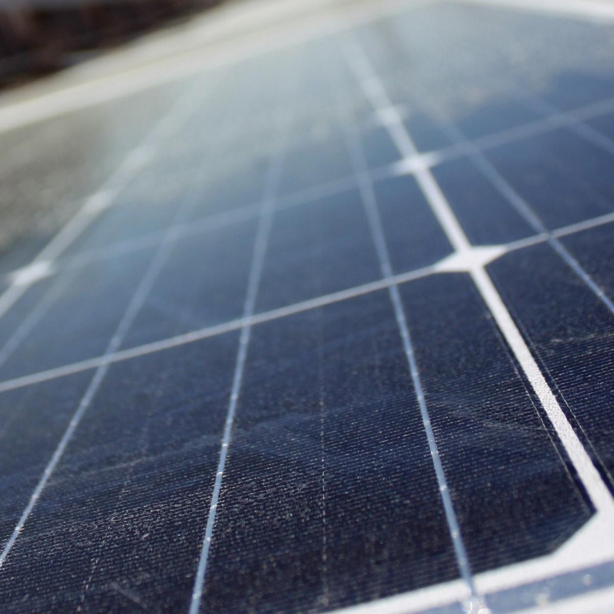 Webinaarit aurinkosähköstä ja sähköautojen latauspisteistä